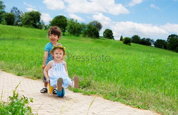 Фотография на тему Маленькие дети играют на открытом воздухе