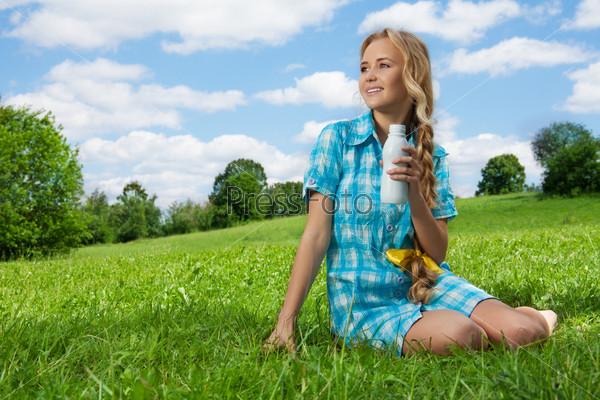 Красивая девушка пьет йогурт