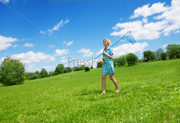 Девушка в красивой сельской местности