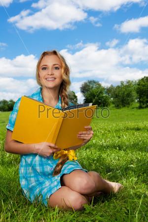 Фотография на тему Красивая студентка на лужайке