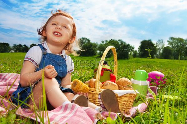 Фотография на тему Девочка на пикнике в парке