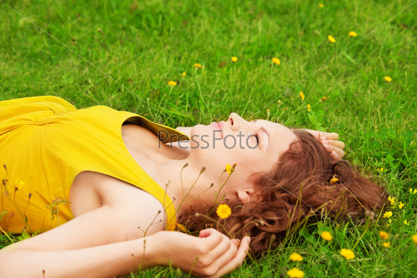 Девушка отдыхает на траве