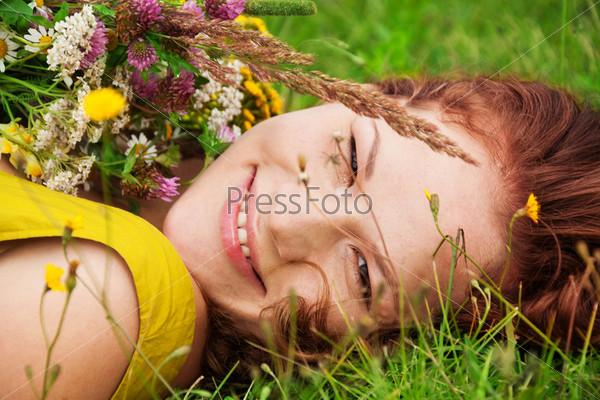 Счастливая девушка с букетом