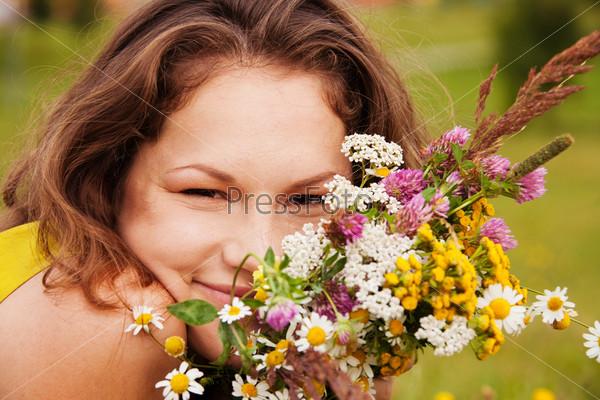 Красивая счастливая девушка с букетом