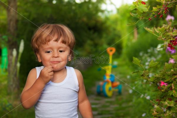 Милый ребенок жует ягоды
