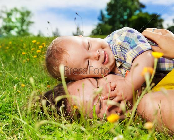 Мама и ребенок на траве