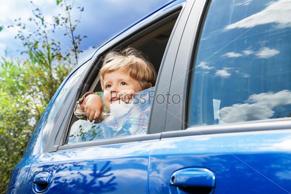 Мальчик на заднем сиденье автомобиля