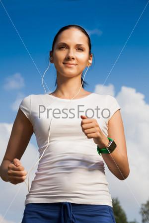 Уверенная женщина бегает с наушниками