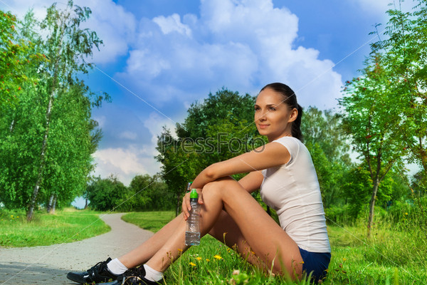 Фотография на тему Красивая девушка отдыхает после пробежки