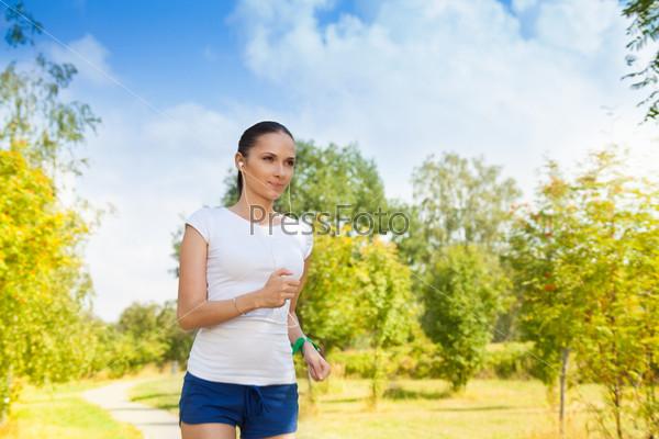 Здоровая молодая женщина в осеннем парке
