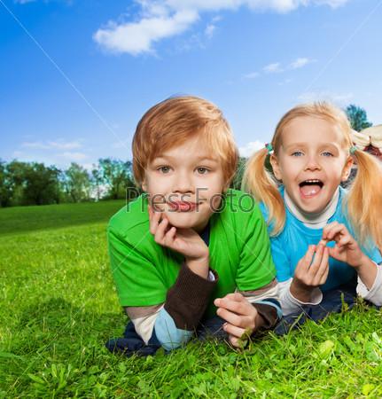 Милые брат и сестренка в парке