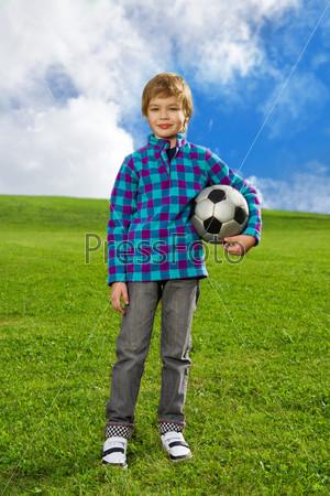 Милый уверенный мальчик с мячом