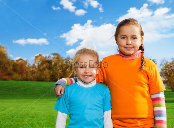 Счастливые сестры в парке