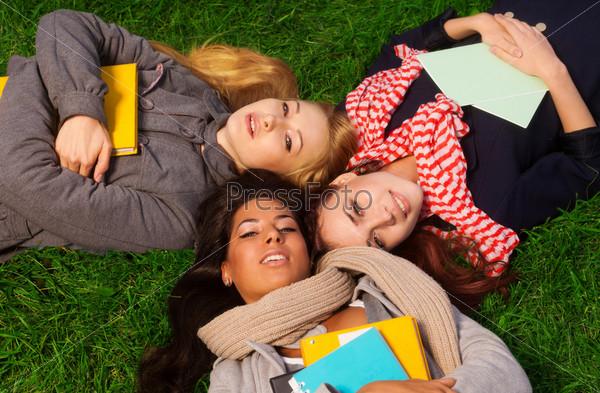 Три девушки лежат в парке