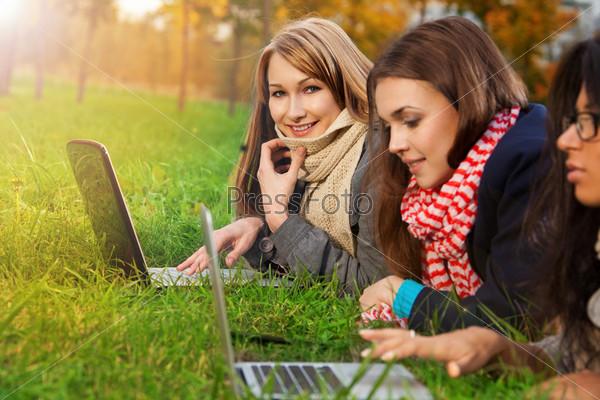 Блондинка с ноутбуком