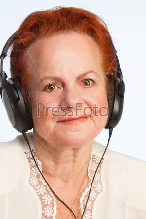 Женщина слушает хорошую музыку