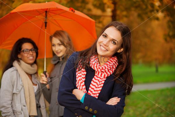 Друзья в осеннем парке