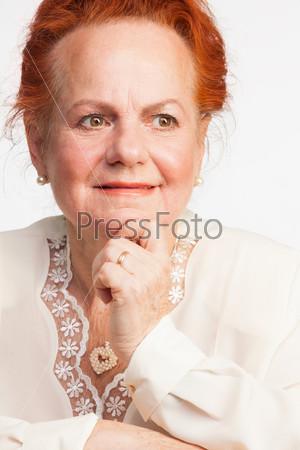 Фотография на тему Задумчивая пожилая женщина