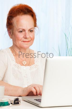 Пожилая женщина пользуется интернетом