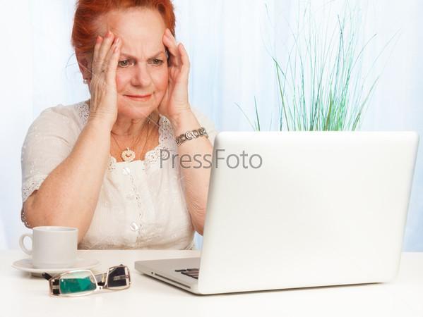 Фотография на тему Растерянная пожилая женщина
