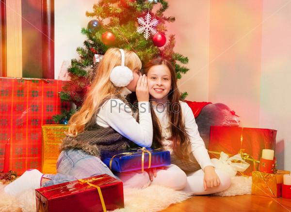 Две девочки делятся секретами