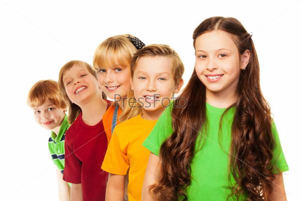 Пять счастливых детей, стоящих в линию