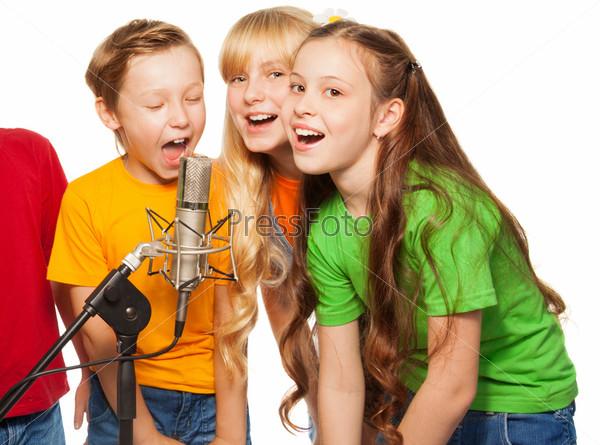 Фотография на тему Мальчики и девочки поют