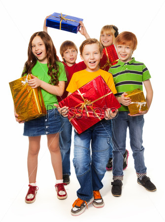 Мальчики и девочки с рождественскими подарками