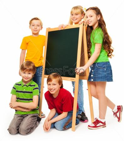 Группа школьников и школьниц с доской