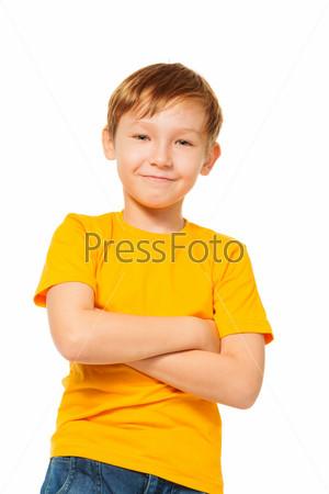 Уверенный ребенок в желтой футболке