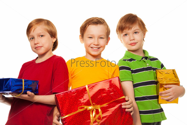 Трое веселых друзей с подарками