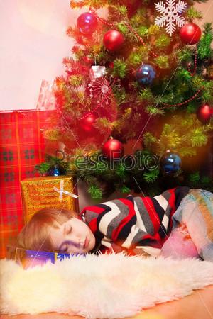 Фотография на тему Белокурый мальчик проспал Санту