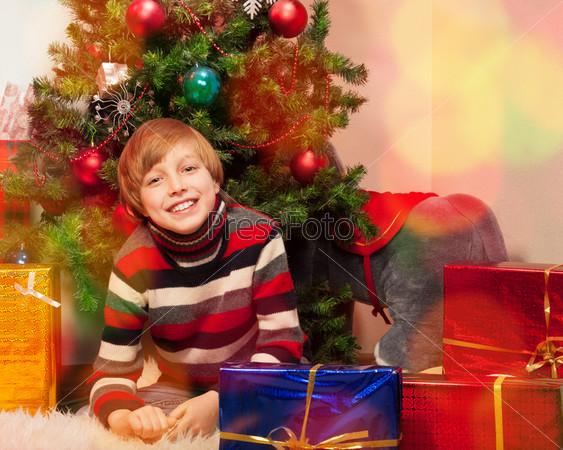 Фотография на тему Милый маленький мальчик в канун Нового года
