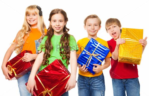 Фотография на тему Веселые дети держат подарки