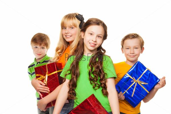 Девочки и мальчики держат подарки