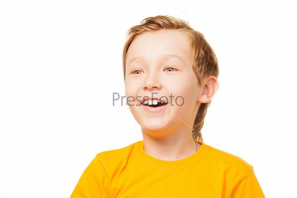 Забавнный потрясенный мальчик в желтой футболке