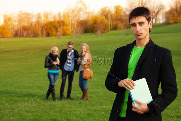 Уверенный студент с друзьями