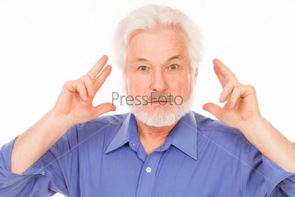 Красивый размышляющий пожилой человек
