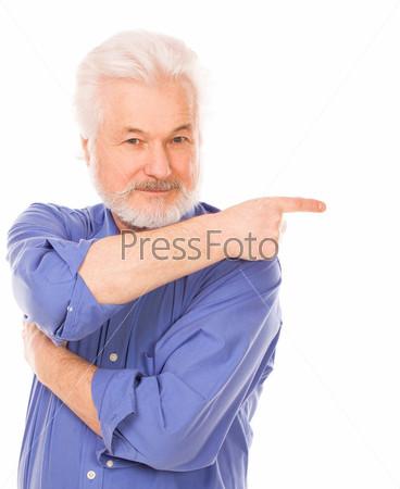 Пожилой мужчина показывает на что-то рукой