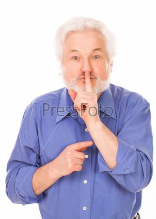Пожилой человек с пальцем на губах