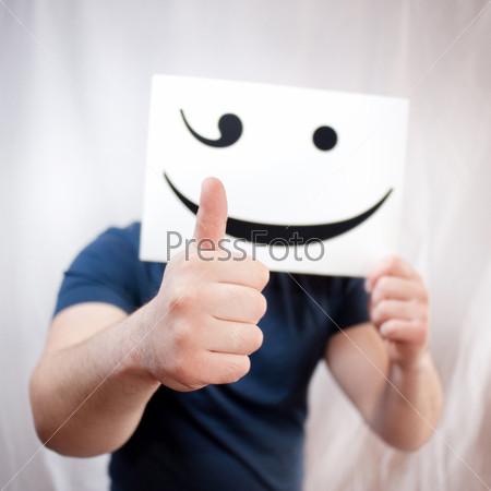 Человек, показывающий большой палец вверх