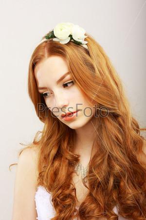 Портрет целомудренной романтической рыжеволосой девушки