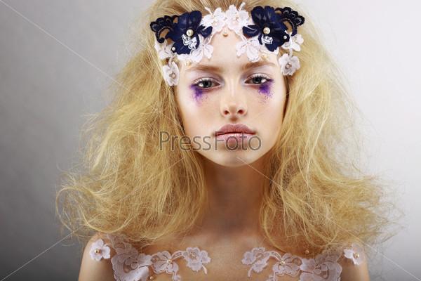 Молодая блондинка с креативным макияжем