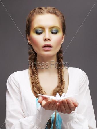 Фотография на тему Женщина в белом платье с бумажным голубем в руках