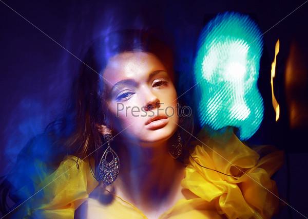 Фотография на тему Портрет женщины с разноцветным освещением
