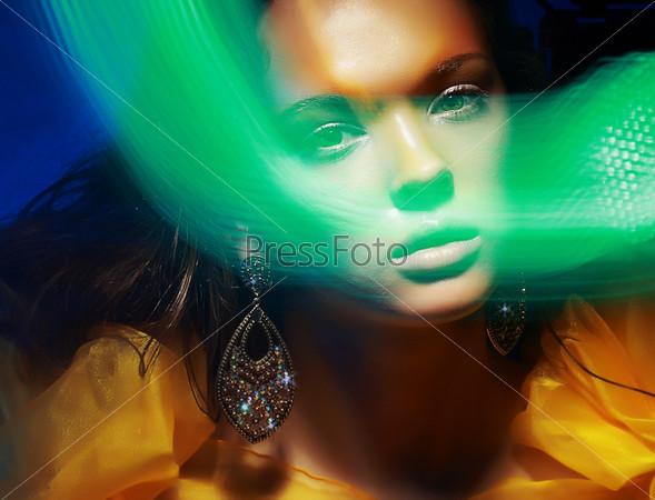 Портрет женщины с разноцветным освещением