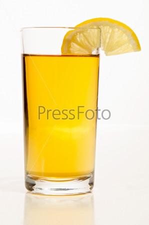 Апельсиновый сок с ломтиком лимона