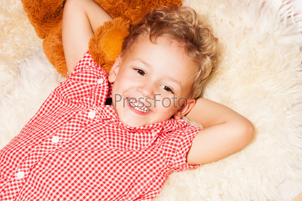 Счастливый белокурый мальчик