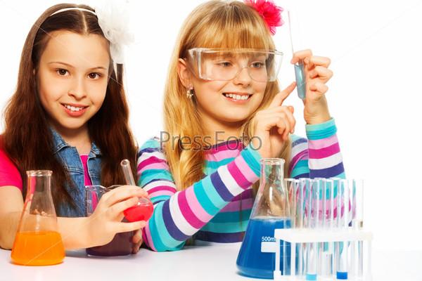 Девочки в классе на уроке химии