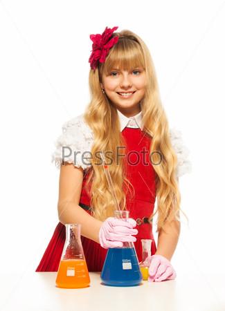 Девочка в классе на уроке химии